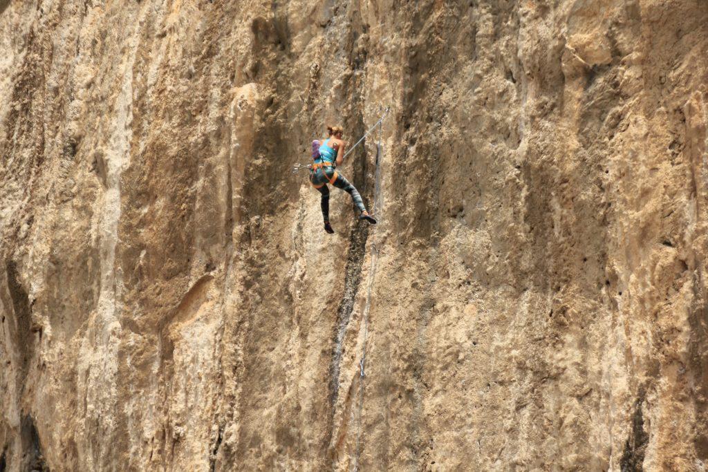 Sturzangst beim Klettern war gestern - Aletta beim Klettersturz