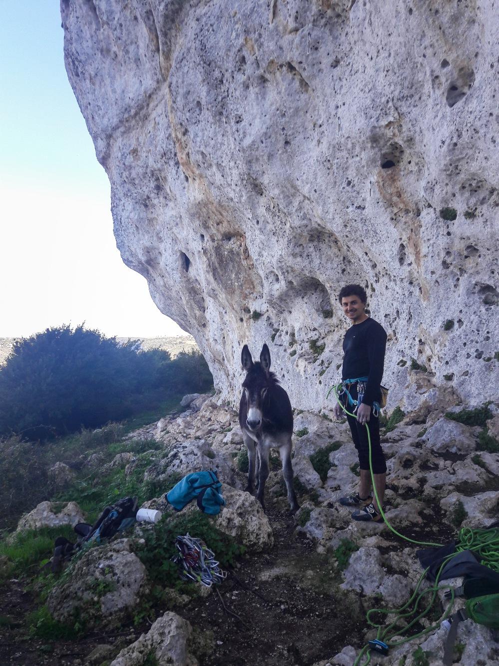 Matze und der Esel beim Klettern. Sardinien
