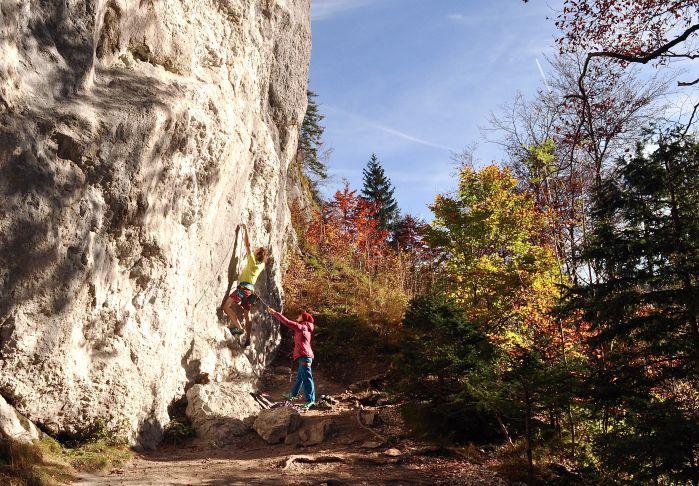 Seilschaft mit Gewichtsunterschied am Fels im Herbst -besonders schwerere Kletterer sollten das weiche Sichern beherrschen