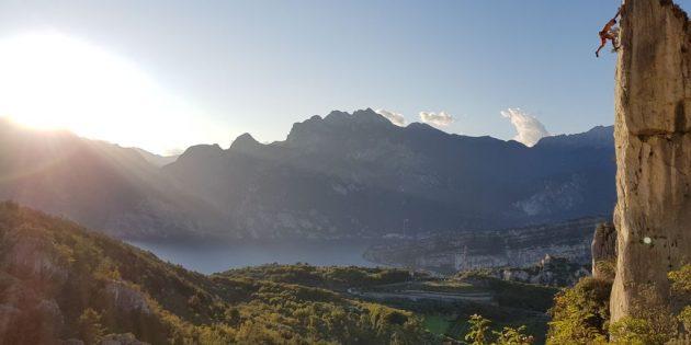 Klettern mit Aussicht - Kletterer an Feslturm mit Aussicht auf den Gardasee