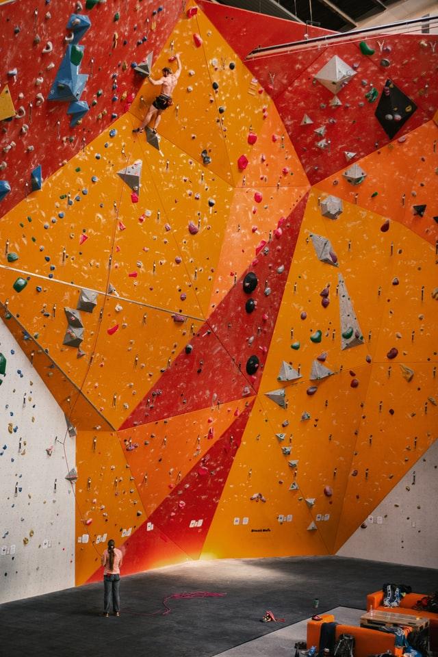 Kletterpaar beim Klettern in der Halle